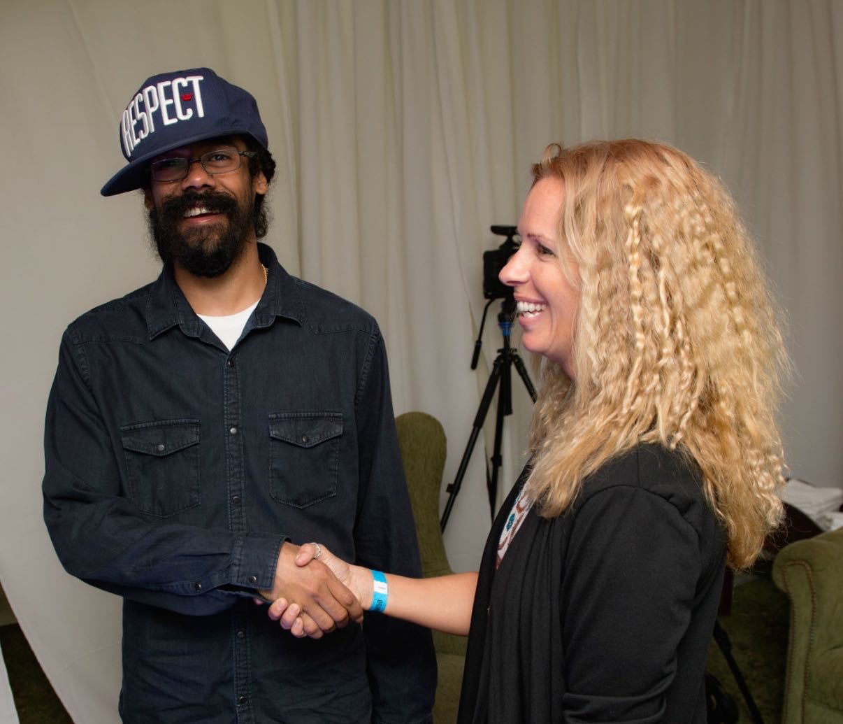 Local artist gifts special painting to damian marley at antigua damian marley thanking naydene gonnella thecheapjerseys Image collections