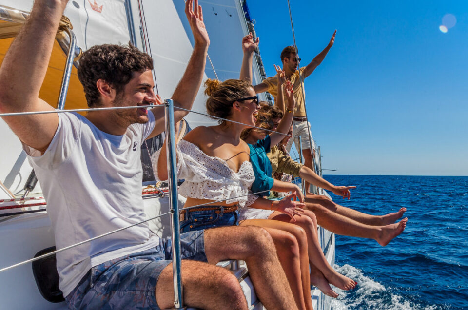 VIP Chase the Race in ASW 2022 for 6 people on a 40ft Dream Yacht Charter Catamaran – Friday